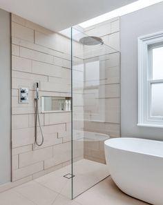ebenerdige Dusche mit Glastrennwand und unsichtbarem Ablauf