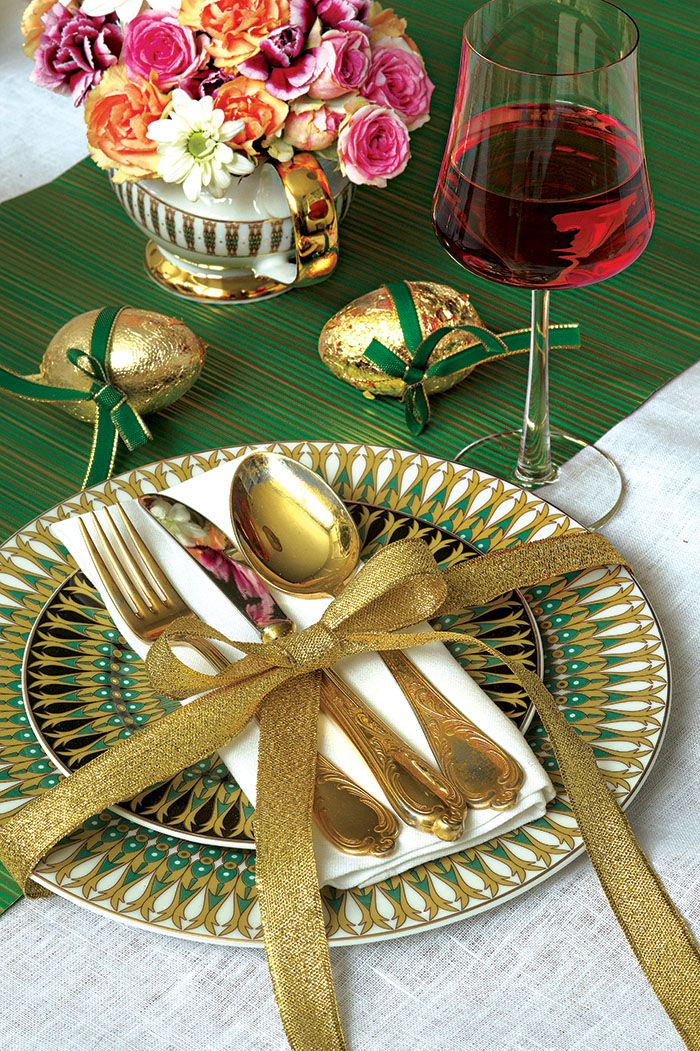 Nakryto do stołu! Porcelana Astra India - Polskie Fabryki Porcelany Ćmielów i Chodzież S.A., kryształy - Huta Szkła Julia, obrus - Świat Lnu z Kamienne Góry, kieliszki z kolekcji Novum - pieknowdomu.pl. Fot. Karolina Grabowska, kaboompics.com. #Wielkanoc #złoto #sztućce #serwety #kwiaty #dekoracje #jajka #pisanki #wielkanocne #pomysły #ideas #Easter #eggs #table #spoon #flowers