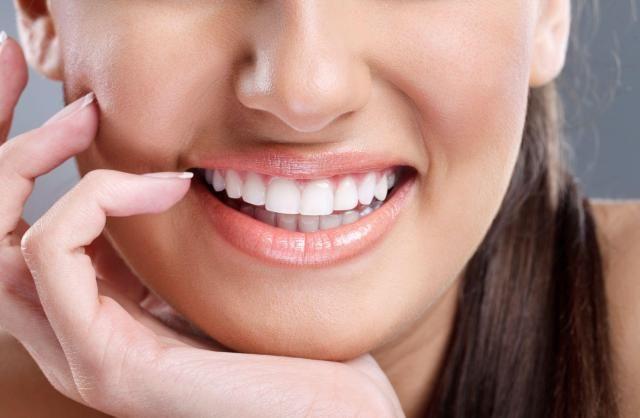 Przebarwienia na zębach - które produkty je powodują? #uśmiech #kobieta #przebarwienia