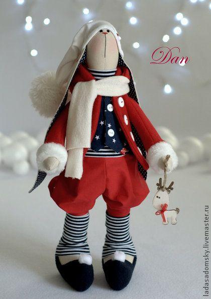 Зайка Dan - рождественский эльф, 39 см. У Деда Мороза ( он же Санта-Клаус  :))  цель одна - дарить детям подарки на Рождество.       И всегда у него есть помощники - эльфы, которые имеют собственную историю в скандинавских легендах :))  ...........................................................