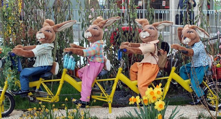 Easter bunny show at Westbahnhof railway station