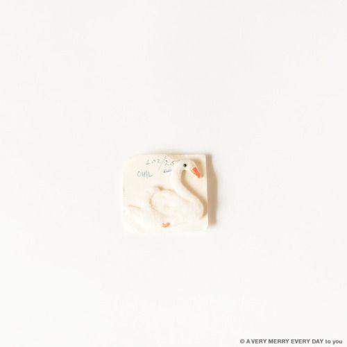Hans Christian Andersen...  Hans Christian Andersen B.D.  月日はアンデルセンの誕生日です アンデルセン童話の みにくいアヒルの子から白鳥を連想して このアップリケを選びました  ちょっとフカフカしたフェルト素材のアップリケ ロンドンのアンティークマーケットで買いました こうして台紙に留められて売っていたものを そのまま保管していたのでそのまま写真に 岡尾美代子