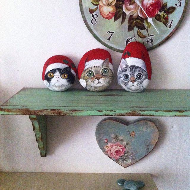 Noeli bekliyen kedicikler#kedi #doğal #taş #boyama #hediye #yeniyıl #sanat #akrilik #kediseverler #elyapımı #cat #catlovers #noel #art #chiristmasgift #handmade