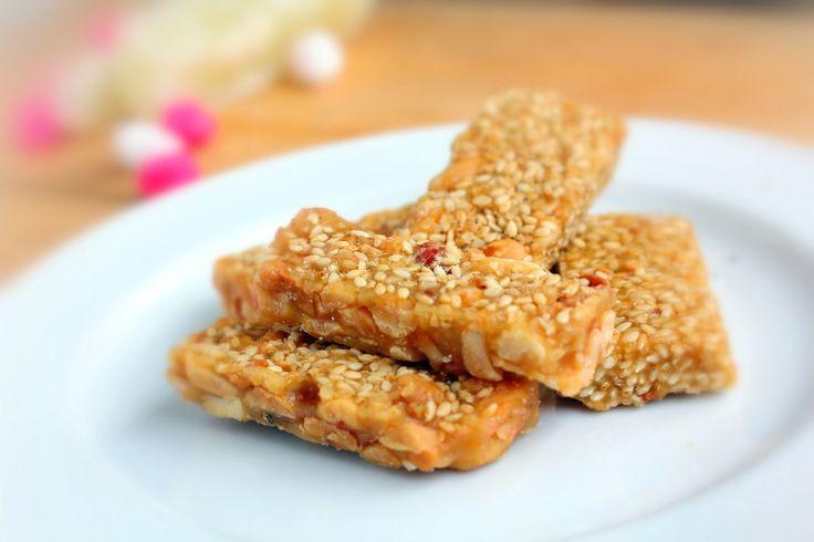 Ricetta barrette di sesamo - per uno snack goloso e nutriente, per la merenda dei bambini a scuola o dopo lo sport, le barrette di sesamo sono sane e semplici