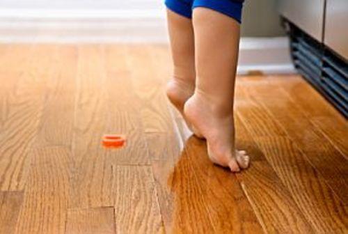 Părinții sunt foarte atenți la primii pași făcuți de cei mici. Mulți își fac griji atunci când copiii merg pe vârfuri, de exemplu. Dacă este sau nu o problemă reală aflați acum, de la profesor doctor Mihai Jianu.