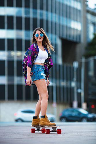 Recife e o street style. Look para as meninas que andam de skate, com shots jeans, blusa básica branca e kimono colorido.