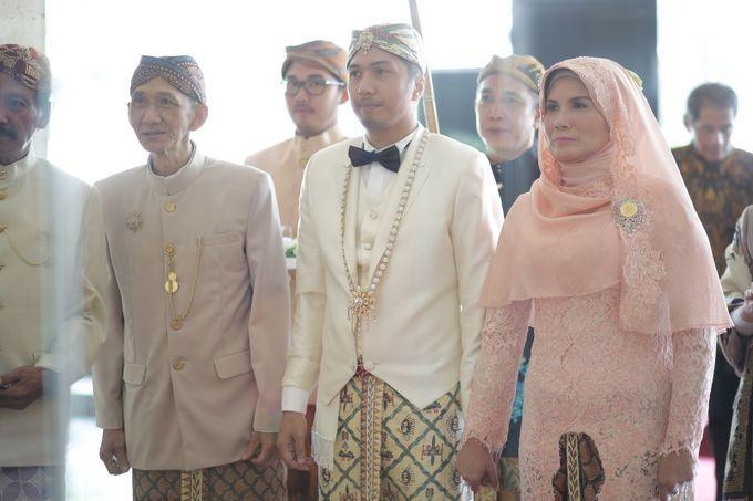 Busana pengantin pria dalam pernikahan adat Sunda Jawa Barat, mengenakan dasi kupu-kupu. Biasanya busana seperti ini dikenakan saat melakukan akad nikah.