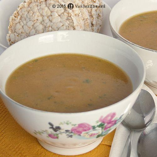 Polévka z červené čočkyspolu s mrkví a kořením, včetně kurkumy, může být nejen sytící, ale i léčivá.Kombinace luštěniny a zeleniny je zde nanejvýš vhodná, protože se obojí vzájemně dobře doplňuje. Mixovanou polévku lze podat nejen k obědu, ale i k večeři.