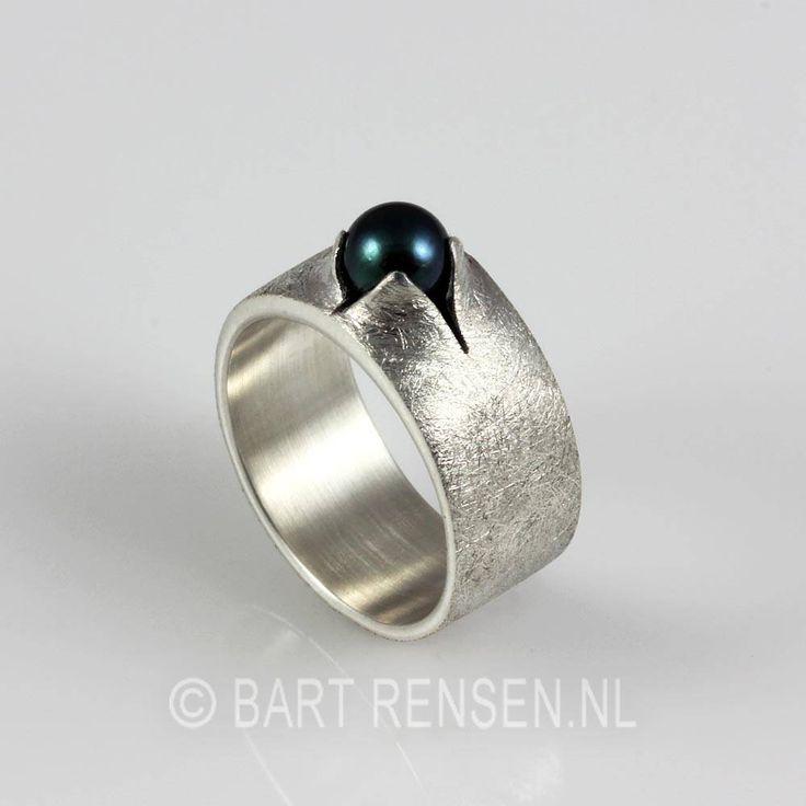 Zilveren Ring met zwarte parel - - Edelsmid Bart Rensen
