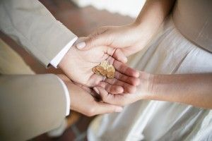 Mexican wedding tradition: unity coins | by Petronella Photography | see more on: http://burnettsboards.com/2014/05/mexican-wedding-traditions/