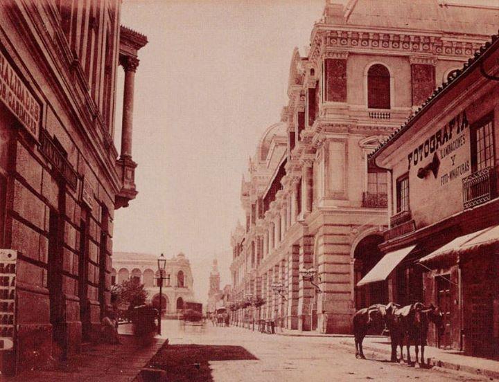 Vista del Portal Fernández Concha en la Plaza de Armas, desde calle Compañía. Santiago de 1885. At. Díaz y Spencer.