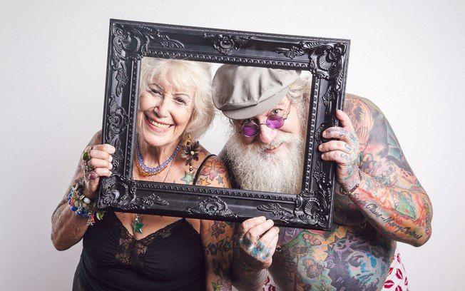 Judith Caggiano, de 82 anos, e Vitor Sanchez, de 59, mostram com orgulho as tatuagens e os piercings pelo corpo