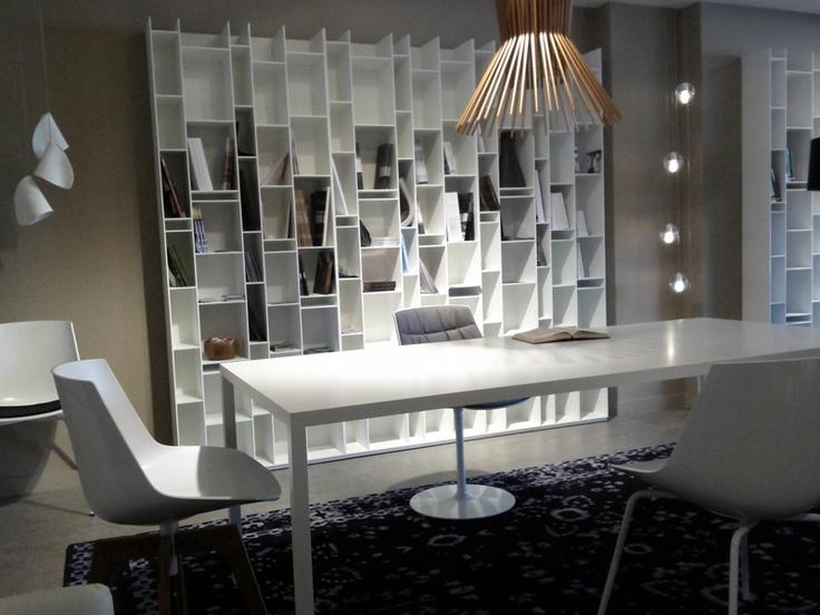 Ambiente MDF Italia. Librería Random, Mesa Tense y sillas Flow Chair. Lámparas Bocci y Foscarini. Muebles de diseño.