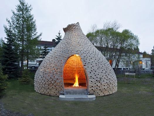 Bygg en igloo av trä! Många verkstäder och sågverk får spillbitar över som kan vara lagom stora.