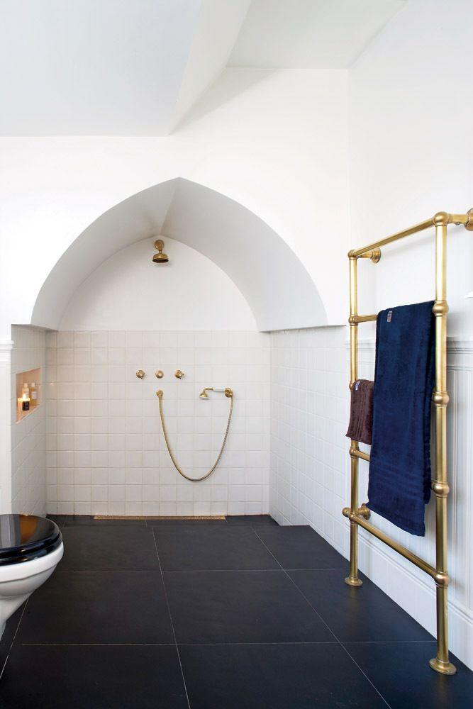 I denne bevaringsværdige arkitektvilla fra 1928 er tyendets gemakker blevet til et fint og klassisk badeværelse – helt tro mod husets oprindelige stil.