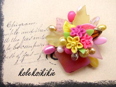 Ukuran bros pot bunga  wajik 6x 6 cm  Harga Bros Rp 40.000  setiap bros dilengkapi dengan kotak beludru hitam yang cakep, sehingga memudahkan pengemasan bros, terutama kalau mau dibuat hadiah atau di jual lagi.