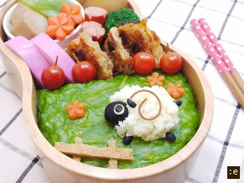 """Now that is a very cute sheep made of rice. I would no doubt be """"d'aw""""-ing at my food if I found a little sheepy sheep like this one in my bento box."""