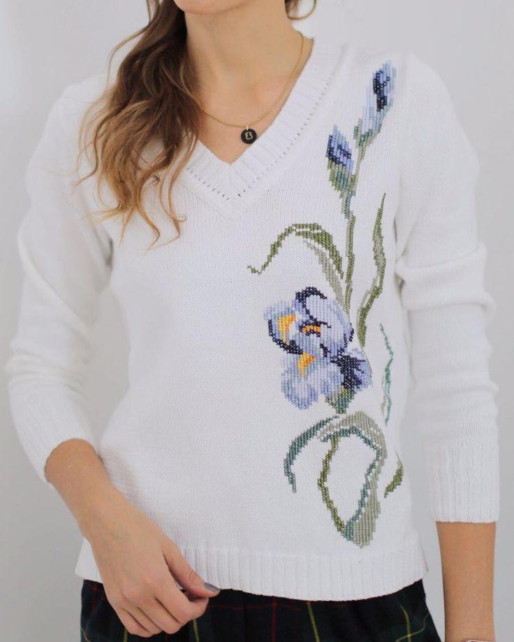 Нежные ирисы украсили хлопковый свитер от Pastel. #брендpastel #lookoftheday #pastelshowroom #fashion #вышивкакрестом #handmade #style #pastel_showroom_msc #русскиедизайнеры #trend #трикотажныеизделияназаказ