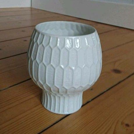 Fürstenberg PorzellanvaseWabendekorDesign E. A. Sundermann70er JahreWeisses Porzellan in glänzender GlasurMit original StempelHöhe 12 cmSehr guter Zustand, keinerlei BeschädigungenVersicherter Versand möglich!Aufpreis: 6,99 €
