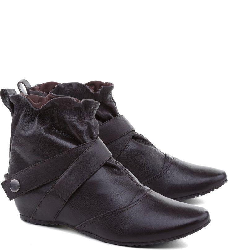 A bota cano curto da linha Arezzo Classic é tudo o que você precisa para compor os looks do dia a dia. O salto rasteiro e o elástico no tornozelo garantem o extremo conforto do sapato. Escolha a cor