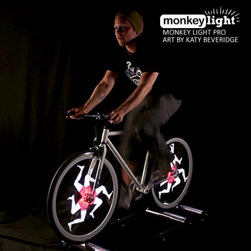 Le ruote della vostra bicicletta possono ora trasformarsi in un display vero e proprio sul quale scorrono immagini e animazioni luminose.