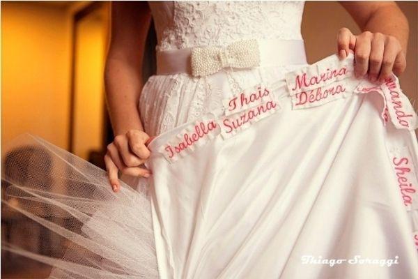 Que tal escrever o nome de suas amigas na barra do seu vestido de noiva?  Veja na seção Artigos e Dicas do nosso portal. www.seuevento.net.br/uberlandia/artigos-e-dicas/11/08/2014/que-tal-escrever-o-nome-das-amigas-na-barra-do-seu-vestido-de-noiva/