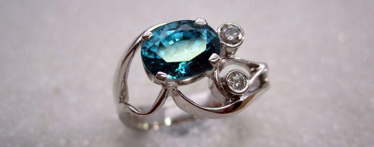 Ring i hvitt gull med naturlig blå zirkon og diamant