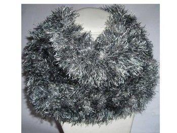 Joli Snood ou Écharpe Tube,  en laine 100% polyester, fait main C'est un croisement entre une écharpe et un col roulé inachevé. Il se passe par la tête et lorsqu'il a pris sa place autour du cou, on a bien chaud, on l'appelle aussi Cache Col XXL dont les 2 extrémités se rejoignent pour ne former qu'un seul et même col. Effet fourrure de couleur grise chinée. Dimension : Hauteur : 25 cm Largeur : 30 cm. Tout doux au toucher, Il vous protègera des longs frimas de l'hiver.