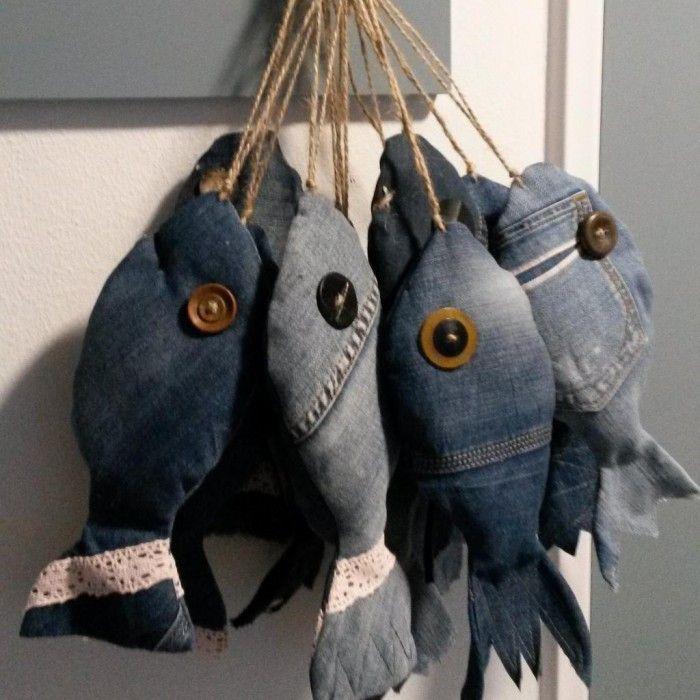 Visjes maken van spijkerstof. Wat oude knopen en stug sisaldraad en je hebt een leuke vis als decoratie.