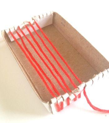 マッチ箱に切り込みを入れて、縦糸を巻き付けていきます。
