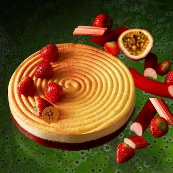 Pierre Hermé - Céleste - Sablé breton, confit de rhubarbe aux fraises, crème de mascarpone au fruit de la Passion, fraises, meringue croustillante au fruit de la Passion.
