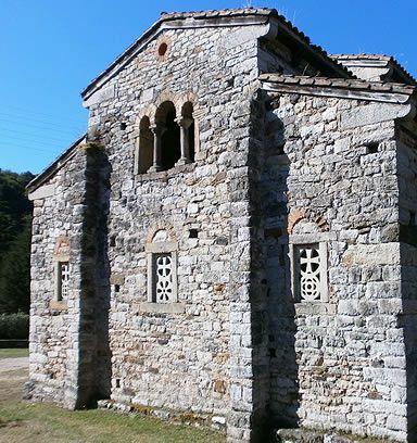 San Pedro de Nora.Cabecera con la ventana que da acceso a la  cámara superior