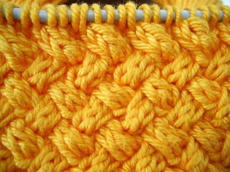 """Olha só, mais um pontinho fácil e muito bonitinho que eu tirei do livro """"Knitting Stitches - Visual Encyclopedia"""".     O ponto fica..."""