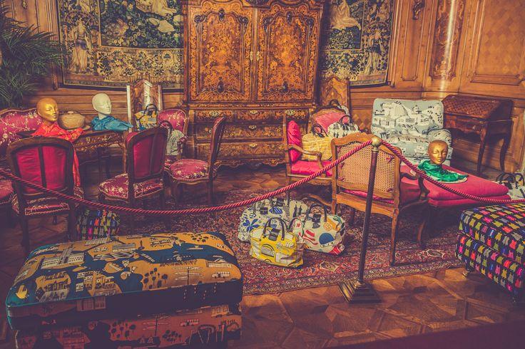 Lejonet howardfåtölj och fotpall i Livstycket tyg från organisationen Livstycket. Howard, fåtölj, pall, mönster, mässing, mönstrad, vardagsrum, möbler, inredning. http://sweef.se/sweef-lyx/177-lejonet-livstycket-edition.html