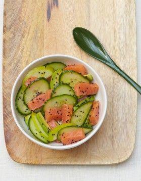 Salade de concombre, saumon, pomme verte et avocat