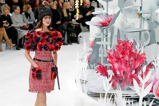 Pasarela parisina: las nuevas tendencias de los diseñadores internacionales  Los bordados, las flores y los encajes fueron los protagonistas.  /EFE