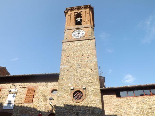 Paciano - La Torre dell'Orologio, affacciata su Piazza della Repubblica. L'edificio da cui si erge è sede del Municipio.