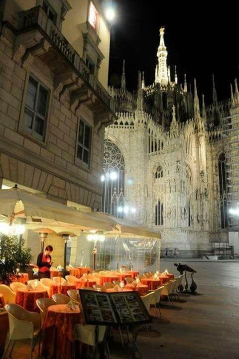 Vista nocturna del Duomo de Milán, Italia