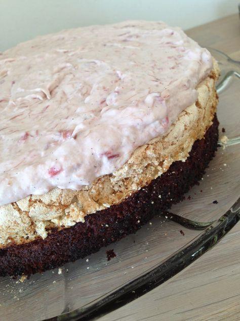 Himmelske kager: Mandelkage med marengs og rabarbercreme