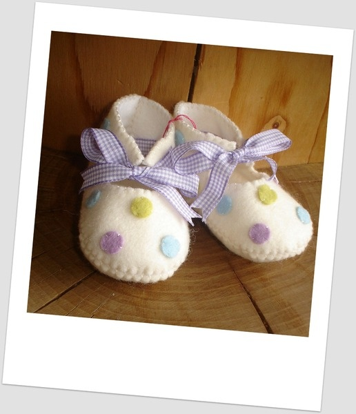 Beautifull felt baby shoes with spots. - MissTiddels - Felt Shoes