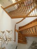 Klassiek uitgevoerde gelakte eiken trap met smeedwerk hekken aan de binnenzijde van de trap en op de gang boven. -Varnished oak stair wrought iron-