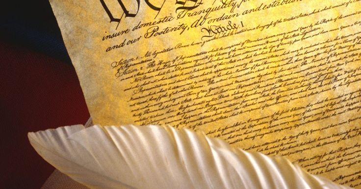 """Los tres tipos de poderes otorgados por la Constitución de los Estados Unidos. El gobierno de Estados Unidos es un gobierno federal que comparte sus poderes con los estados como una forma de control y equilibrio para garantizar que una rama del gobierno no tenga demasiado poder o control. La división de poderes establecida en la Constitución de los Estados Unidos en la 10ª Enmienda, establece que """"los poderes no delegados a ..."""