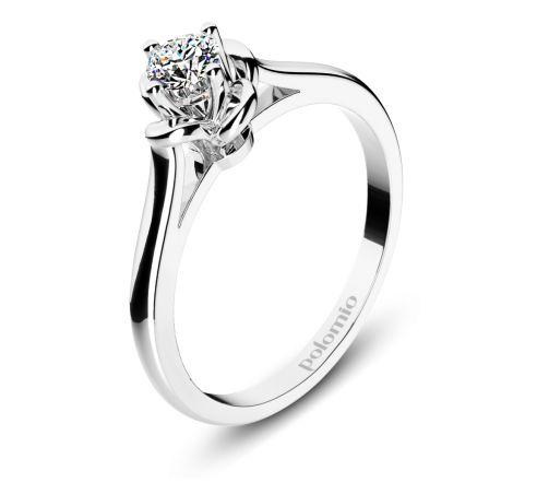 ZÁSNUBNÍ PRSTEN BELFAST Polomio Jewellery. Prsten Belfast působí komplikovaně, ale při pohledu shora uvidíte, že se jedná o krásnou květinu ze čtyř okvětních lístků, kterou uprostřed zdobí třpytivý kamínek, usazený do korunky  ze čtyř krapen. Zásnubní prsten je možné obědnat v červené, růžové, bílé a žluté barvě zlata. Zásnubní prsteny jsou osazeny zirkony, brilianty, nebo moisanity.