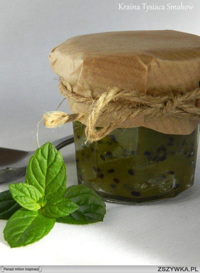 Zobacz zdjęcie Konfitura z kiwi - nutka optymizmu w ponury dzień :)  Składniki (na 3-4 niewielkie słoiczki):   - 1,5 kg kiwi - 1 cytryna - 1/2 szkl. cukru (+ cukier do smaku w zależności od tego, jak słodkie są owoce)   Przygotowanie:   1. Owoce myjemy i obieramy, płuczemy z ewentualnych włosków, które zostały po obieraniu. Kroimy na niewielkie kawałki. Rozdrabniamy je blenderem (jeśli są bardzo dojrzałe można zamiast tego rozgnieść je widelcem w czasie gotowania, ale jeśli są twarde…