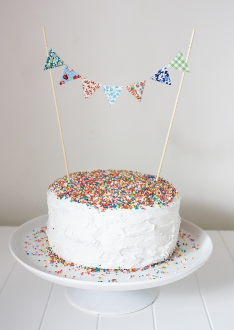 bunting. on cakes. LOVE IT. that is all. :D