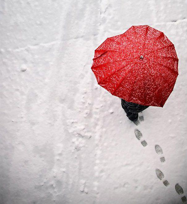 19 parapluies design qui rendent la pluie marrante   19 parapluies design coeur rouge