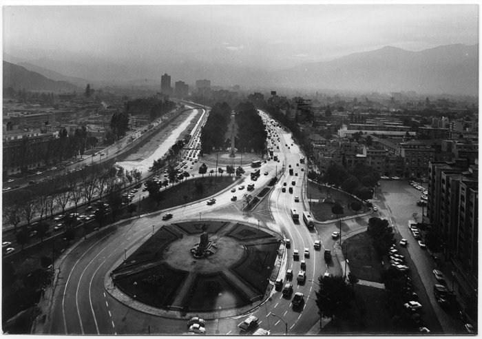 Amanece sobre la Plaza Baquedano 1965 de Luis Ladron de Guevara