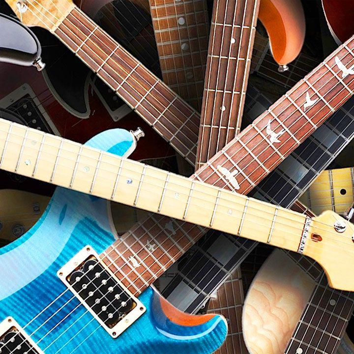 Le citazioni sulle chitarre fanno risuonare nelle nostre orecchie tutti i motivi per cui è entusiasmante sedersi attorno a un falò in spiaggia e intonare le canzoni che hanno costruito il nostro patrimonio culturale.