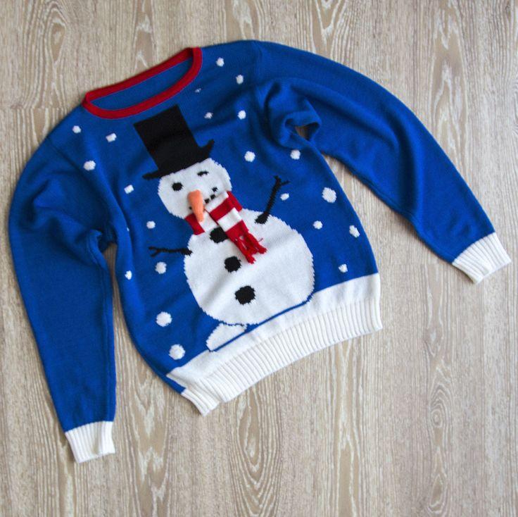Дарья заказала подарок для своего мужа на годовщину свадьбы. Забавный свитер со снеговиком из клипа Васи Обломова. 3D-шарфик и нос-морковка.  Состав: 100% мериносовая шерсть (Италия). Мы можем исполнить подобное изделие в срок до 1,5 недель. #frautag_knittingfamily #knitting #machineknitting #snowman #мужскойсвитер #свитер #sweater #merino #меринос #snow #winter #снег #зима #пораутеплятья #васяобломов #вася_обломов #шерстянойсвитер #снеговик #свитерназаказ #свитерсоснеговиком