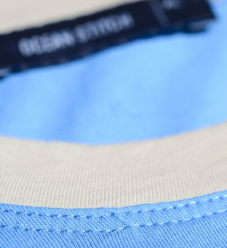 Round neck  in a contrasting color. More details in: http://www.oceanstitch.pt/en/Products-Men/Supertubos-Tee